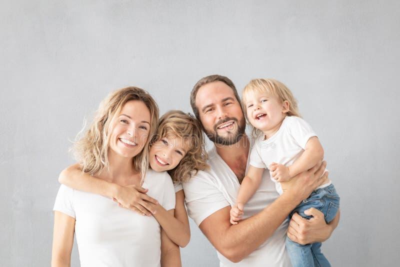 Rodzice z dziećmi ma zabawę w domu zdjęcia royalty free