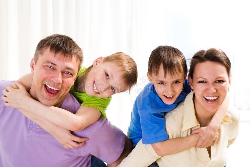 Rodzice z ich dwa dziećmi zdjęcia stock
