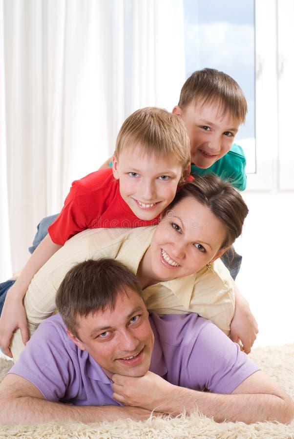 Rodzice z ich dwa dziećmi zdjęcia royalty free