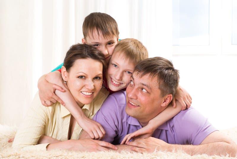 Rodzice z ich dwa dziećmi zdjęcie royalty free