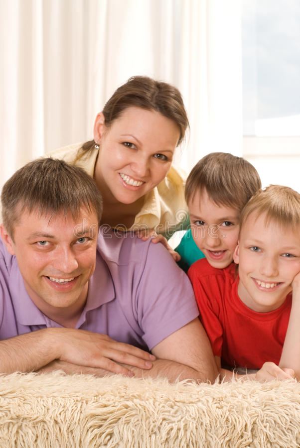 Rodzice z ich dwa dziećmi zdjęcie stock