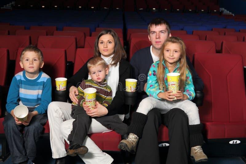 Rodzice z trzy dziećmi ogląda film fotografia stock