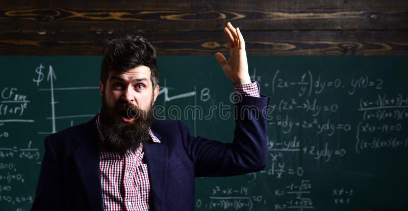 Rodzice zazwyczaj stawiają ich dzieciaków w akademickiego trenowanie Życzliwy nauczyciel i dorosły uśmiechnięty uczeń w sala lekc zdjęcie royalty free