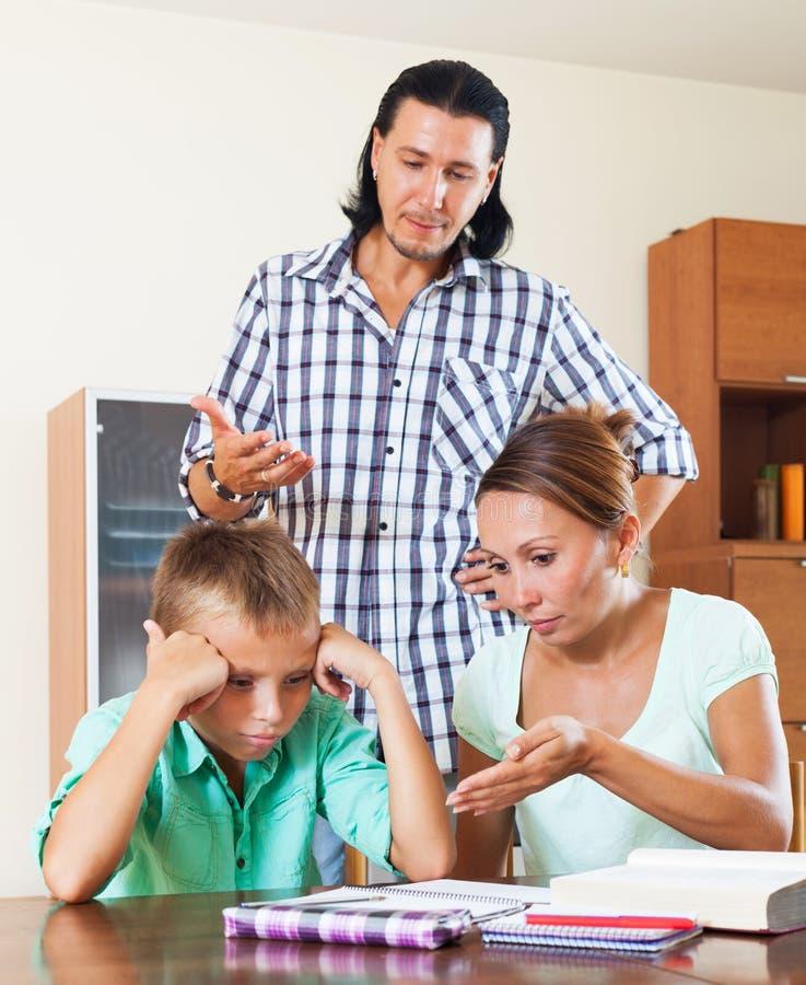 Rodzice zgromią kogoś jej underachiever syna obraz royalty free