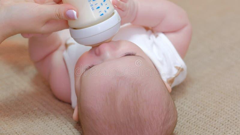 Rodzicielskiej opieki obowiązku dziecka macierzyński karmić zdrowy obrazy stock
