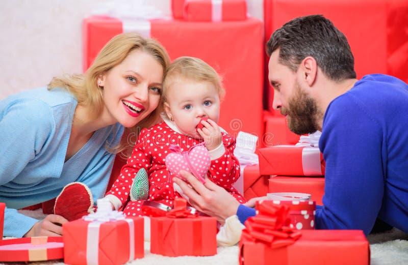 Rodzicielstwo nagradzający z miłością szczęśliwy wpólnie jest Wartości rodzinne Miłości szczęście i radość tego domu hearths poję obraz royalty free