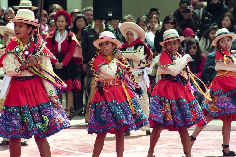 Rodzima Peruwiańska grupa Rodzima Peruwiańska młoda dziewczyna tanczy «Wayna Raimi «dziewczyny przed «Wayna Raimi « fotografia stock