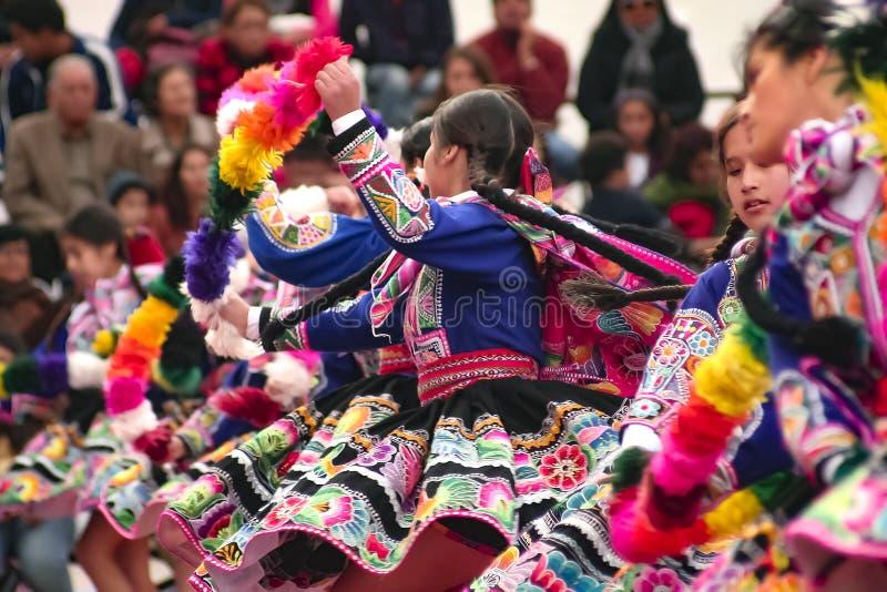 Rodzima Peruwiańska grupa młode dziewczyny tanczy «Wayna Raimi « obrazy stock