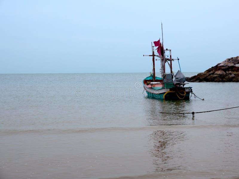 Rodzime małe łodzie rybackie na plaży zdjęcie stock