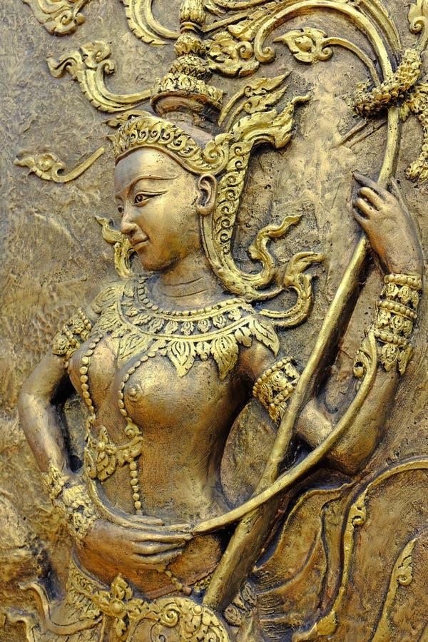Rodzimej kultury Tajlandzka rzeźba na świątynnej ścianie zdjęcia stock