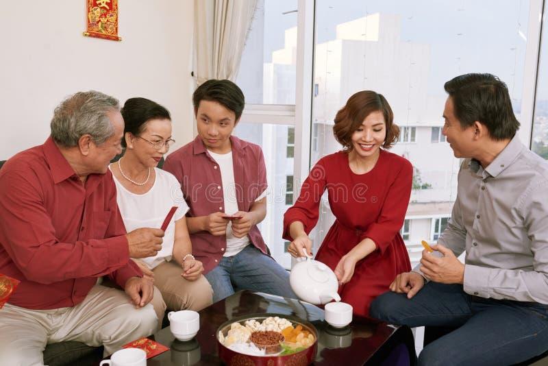 Rodzin enjoyiing fundy przy Tet świętowaniem i herbata zdjęcie royalty free