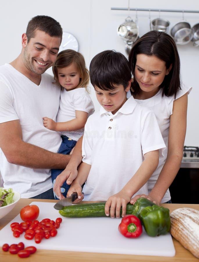rodzin rozochoceni kulinarni warzywa wpólnie zdjęcia stock
