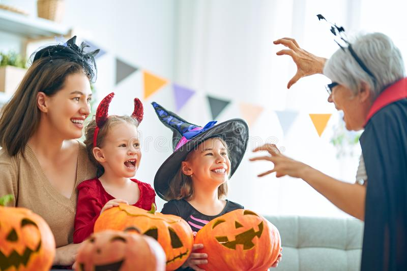 Rodzina świętująca Halloween zdjęcia royalty free