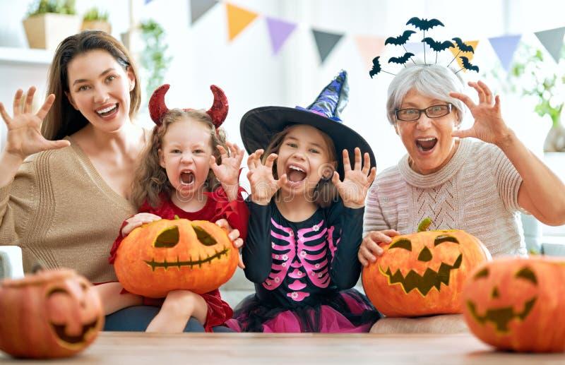Rodzina świętująca Halloween zdjęcia stock