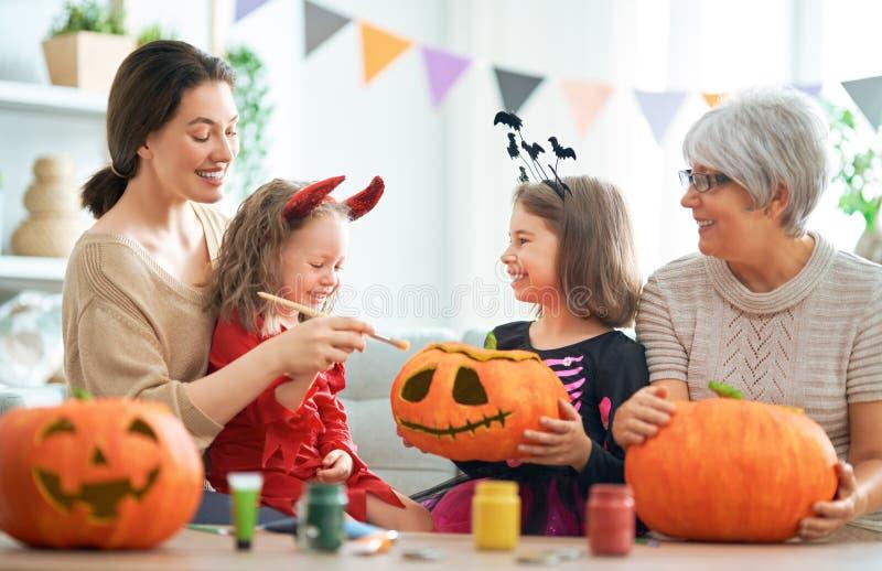 Rodzina świętująca Halloween obrazy stock