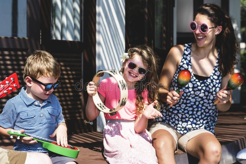 Rodzina bawić się instrumenty muzycznych przy kurortem obraz royalty free