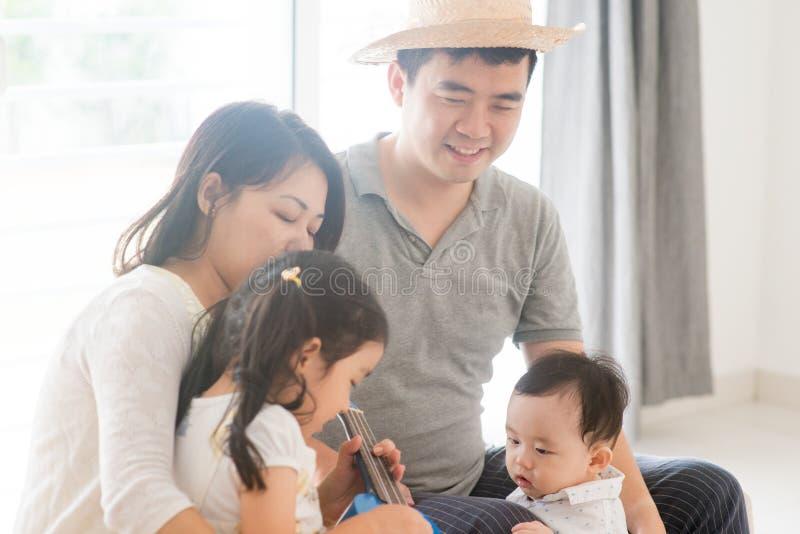 Rodzina bawić się muzycznego instrument zdjęcia royalty free