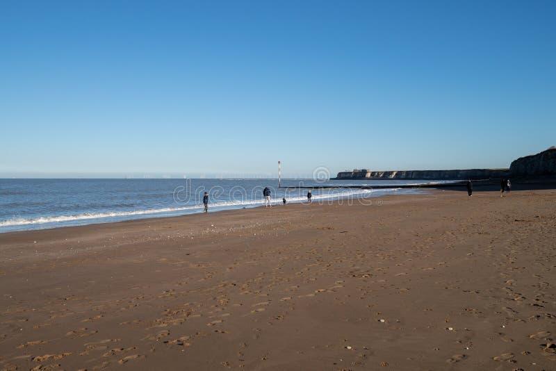 Rodzina bawić się na plaży blisko Broadstairs, Kent zdjęcia royalty free