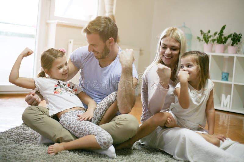 Rodzina bawić się na podłoga Dzień w domu fotografia royalty free