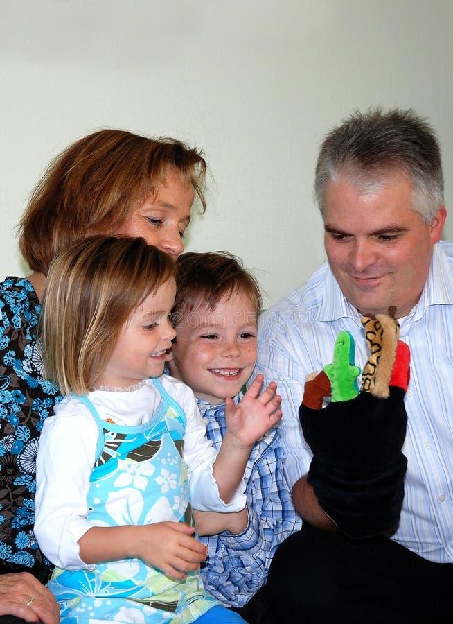 Rodzina bawić się z ręk kukłami zdjęcia stock