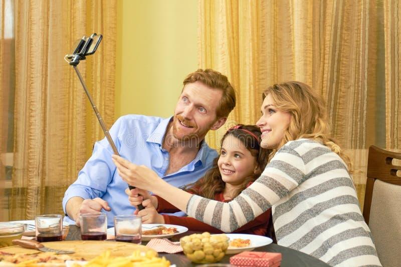 Rodzina bierze selfie podczas gościa restauracji zdjęcia stock