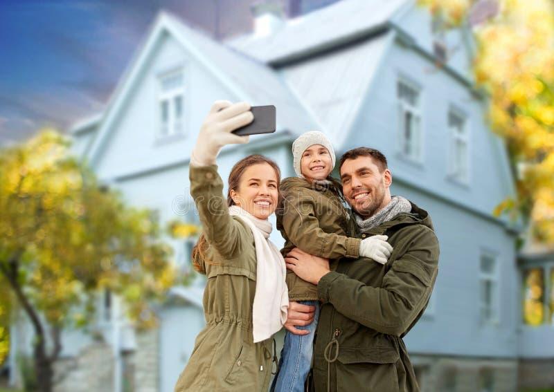 Rodzina bierze selfie smartphone domem w jesieni obraz royalty free
