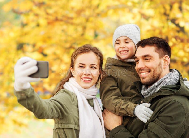 Rodzina bierze selfie smartphone w jesie? parku obraz royalty free