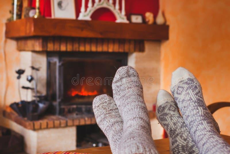 Rodzina blisko ogienia w domu fotografia stock