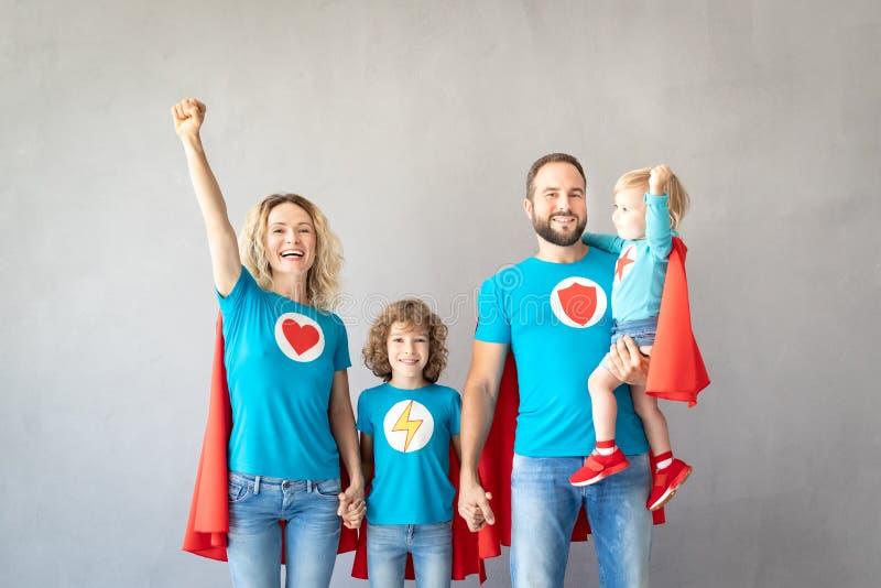 Rodzina bohaterzy bawić się w domu obraz stock