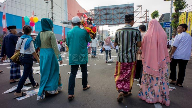 Rodzina chodzi do domu po Eid modlitwy w alun-alun mieście Blitar, Wschodni Jawa, Indonezja zdjęcie royalty free