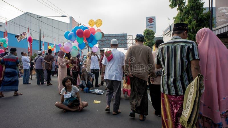 Rodzina chodzi do domu po Eid modlitwy w alun-alun mieście Blitar, Wschodni Jawa, Indonezja fotografia stock