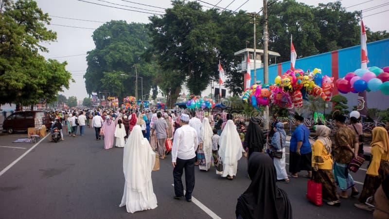 Rodzina chodzi do domu po Eid modlitwy w alun-alun mieście Blitar, Wschodni Jawa, Indonezja obrazy royalty free