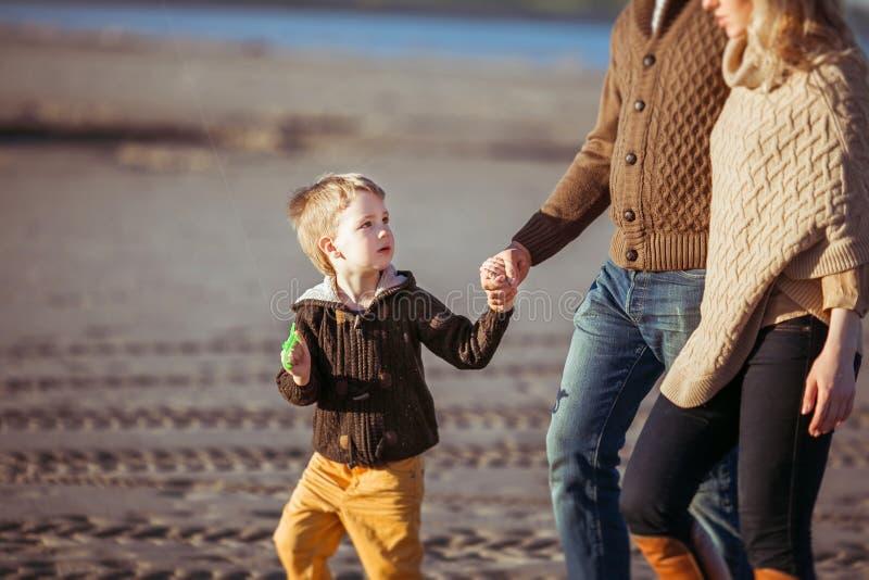 Rodzina chodzi wzdłuż plaży zdjęcie stock