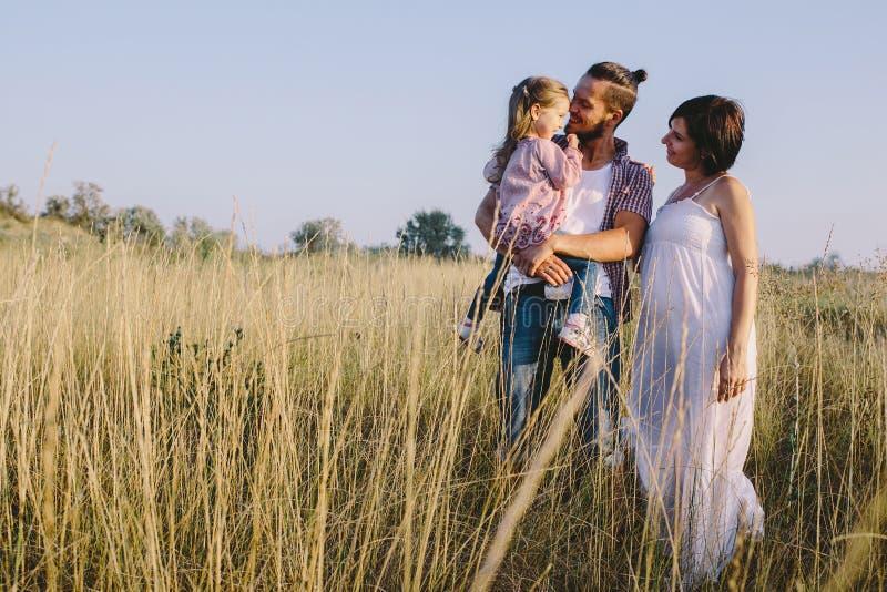 Rodzina cieszy się życie outdoors w polu zdjęcie royalty free