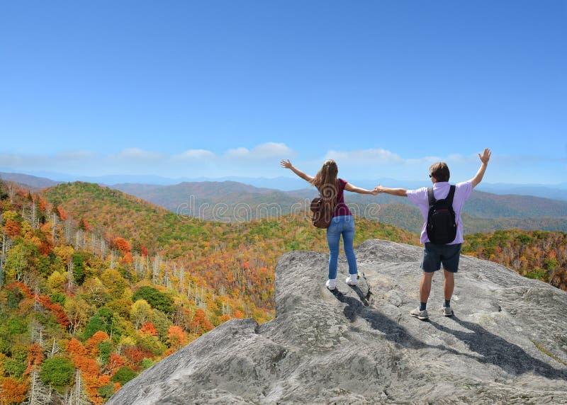 Rodzina cieszy się czas w górach na wakacje obrazy royalty free