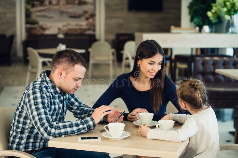 Rodzina Cieszy się herbaty W kawiarni Wpólnie fotografia stock
