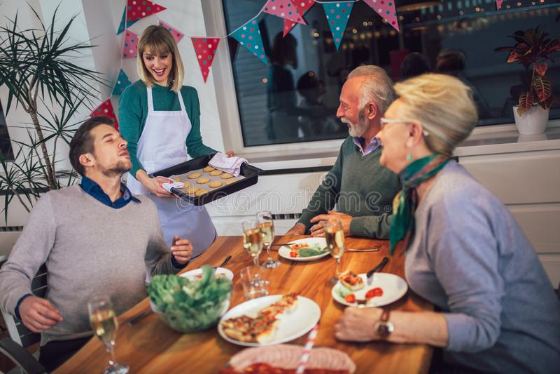 Rodzina cieszy się posiłek wokoło stołu w domu obrazy stock