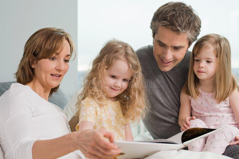 rodzina czytanie książki obraz royalty free