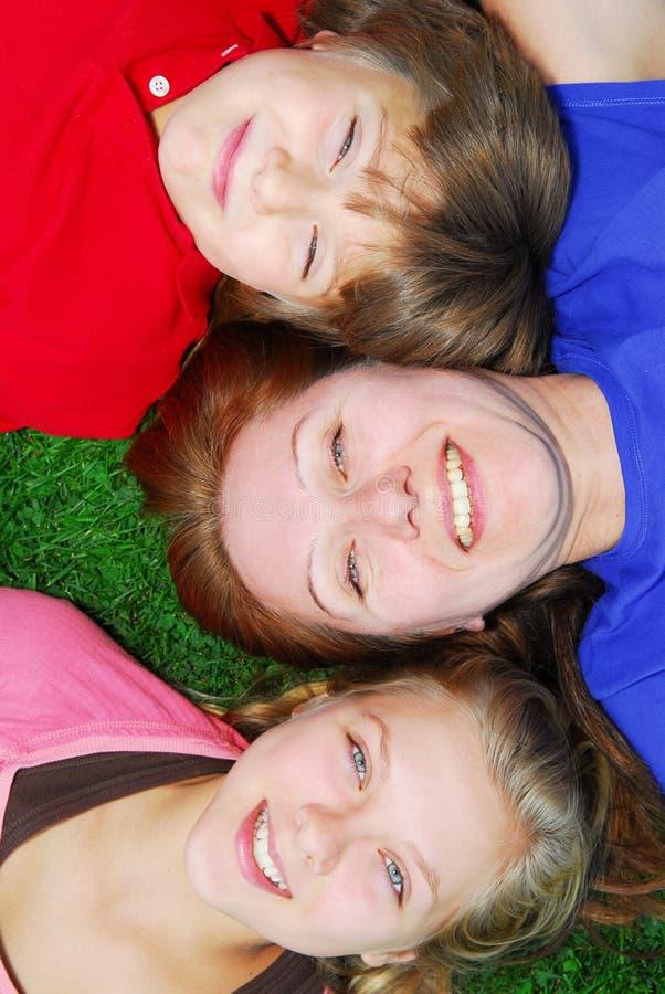 rodzina do trawy leżącego zdjęcie stock