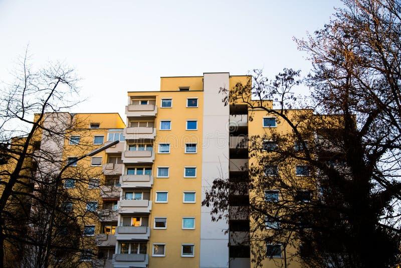 Rodzina dom w Monachium, niebieskie niebo, żółta fasada obraz stock