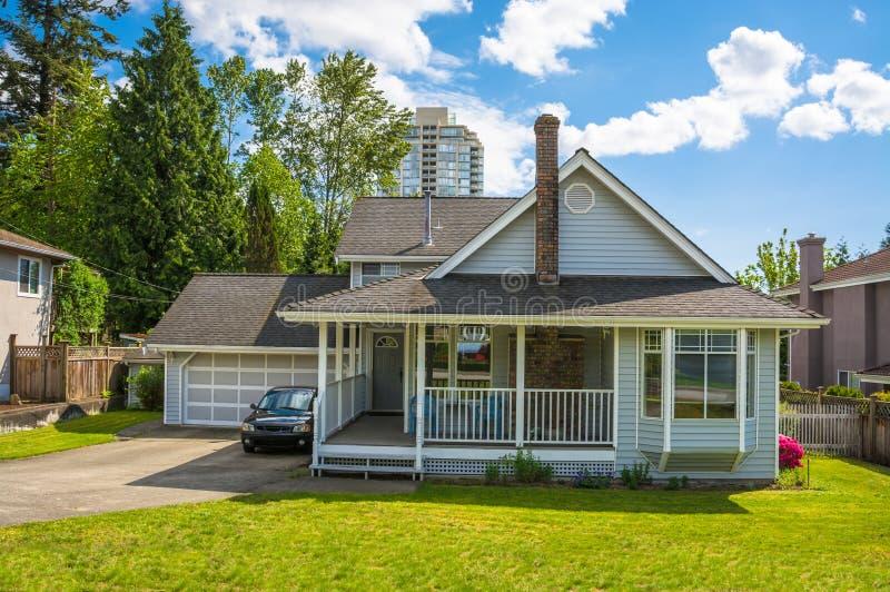Rodzina dom z małym patiem i zieleń gazonem w przodzie w obszarze miejskim Vancouver obraz stock