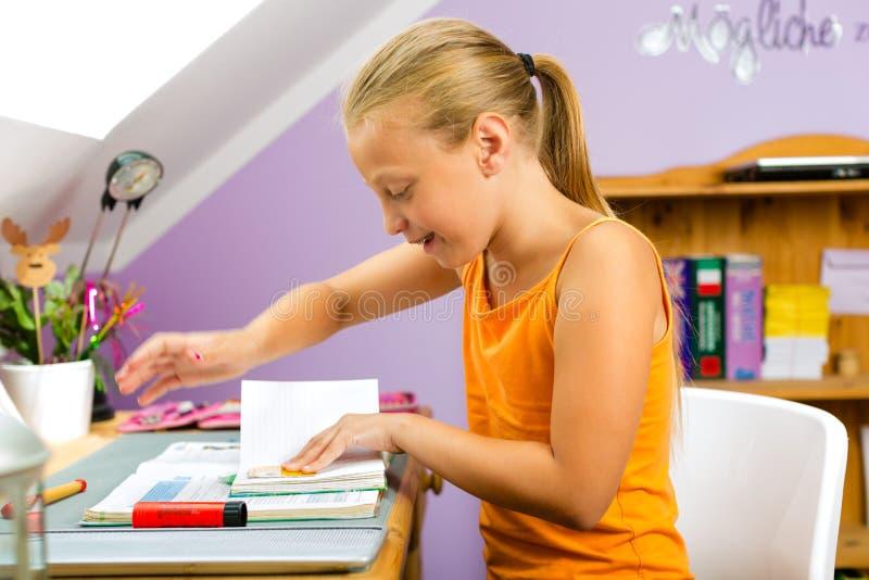 Rodzina - dziecko robi pracie domowej zdjęcia stock