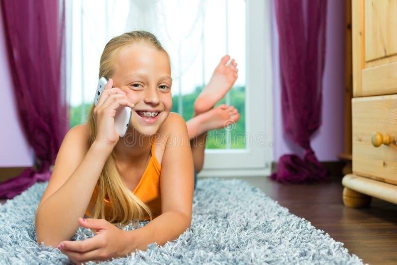 Rodzina - dziecko z komórką lub smartphone obraz royalty free