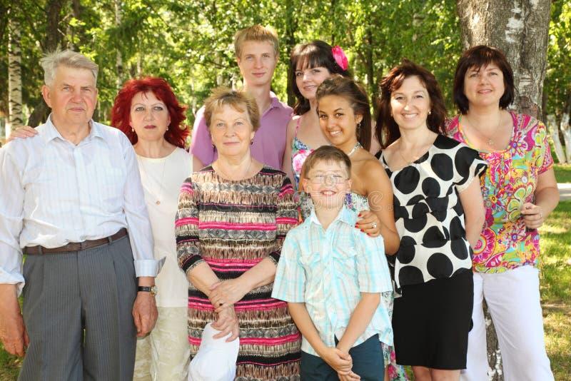 Rodzina dziewięć ludzi pozy przy parkiem obrazy stock