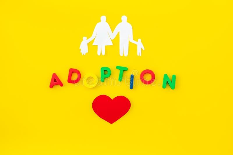 Rodzina i adopcja kopiujemy na żółtego tła odgórnym widoku fotografia stock