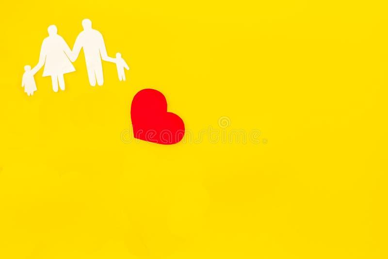 Rodzina i adopcja kopiujemy na żółtym tło odgórnego widoku mockup obraz royalty free