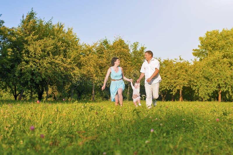 Rodzina i związków pojęcia Szczęśliwy Młody Rodzinny bieg Wpólnie zdjęcia royalty free