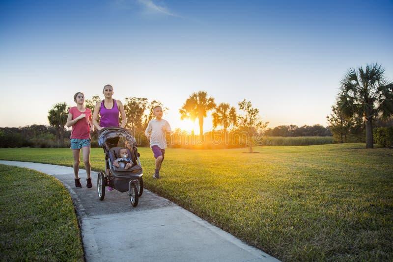 Rodzina jogging outdoors i ćwiczy wpólnie zdjęcie royalty free