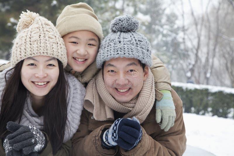 Rodzina kłaść w śniegu dla portreta obraz stock