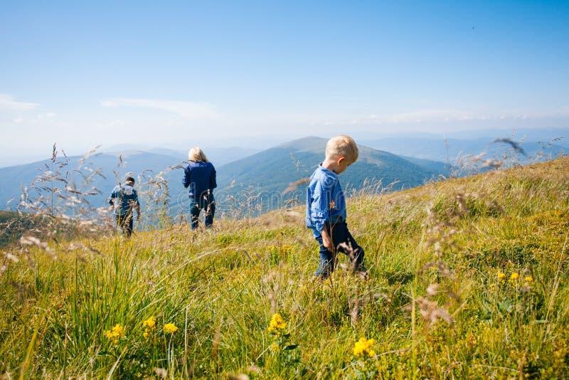 Rodzina kosztuje dzikie jagody zdjęcia royalty free